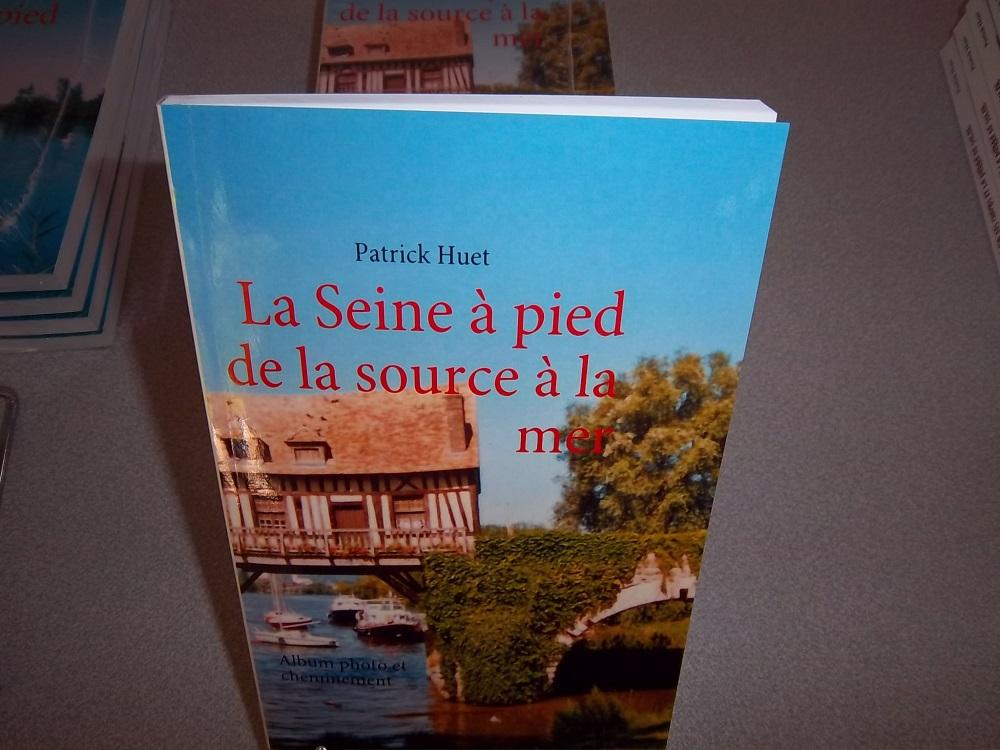 Livre La Seine à pied à un salon du livre