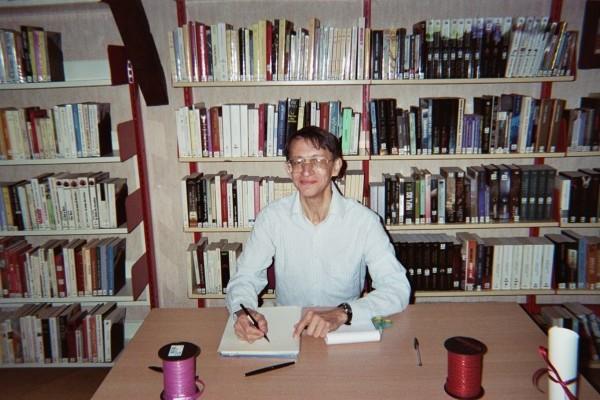 Patrick Huet écrivain dans un bibliothèque à Vernouillet 28