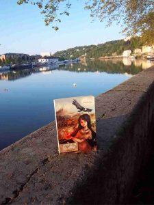 Photo d'un roman de Patrick Huet prise au bord de la Saône (par l'auteur).
