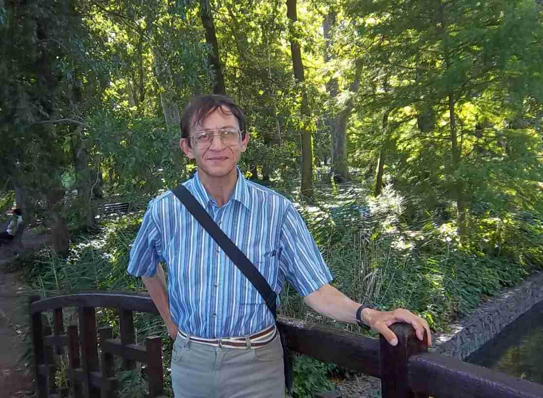 Patrick Huet écrivain et Fleuve-trotteur sur un pont au Parc de la Tête d'or