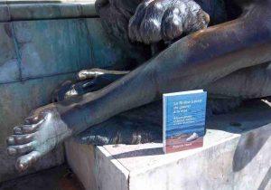 Le livre du Rhône près des jambes de la Statue de la Saône à Lyon.