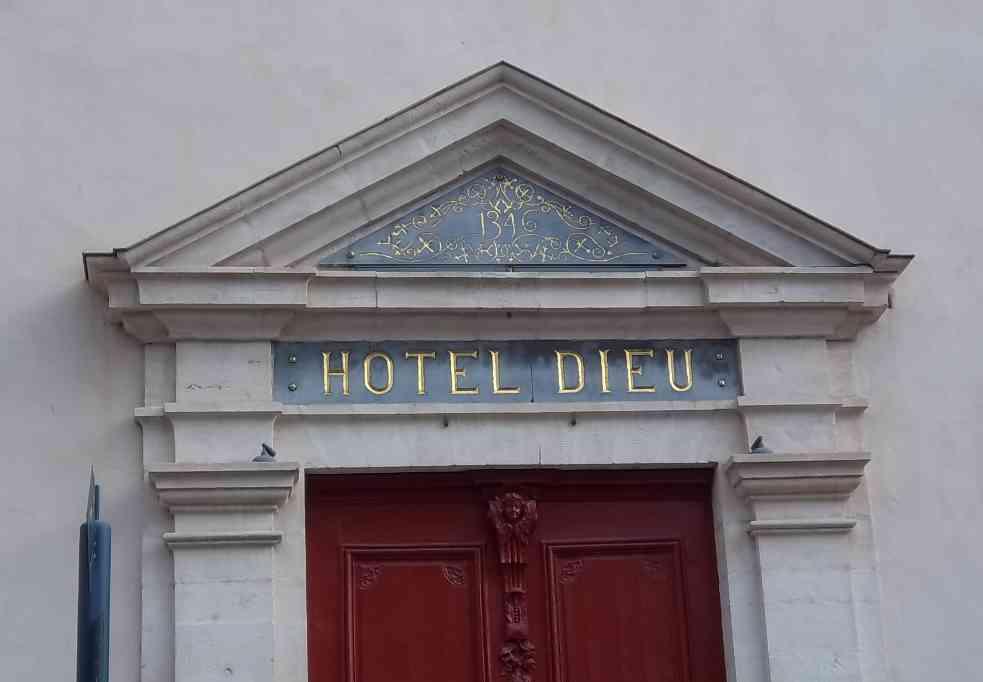 Fronton de l'Hôtel-Dieu de Belleville. Photo de Patrick Huet.