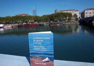 Le livre du Rhône de Patrick Huet face aux deux tours de Lyon.