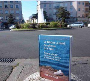 Le livre du Rhône de Patrick Huet sur la place Ronde à Montchat.
