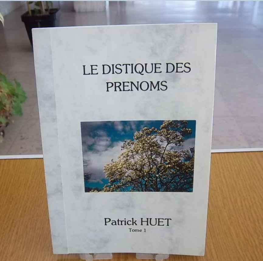 Livre Le distique des prénoms photographié sur une table par Patrick Huet.