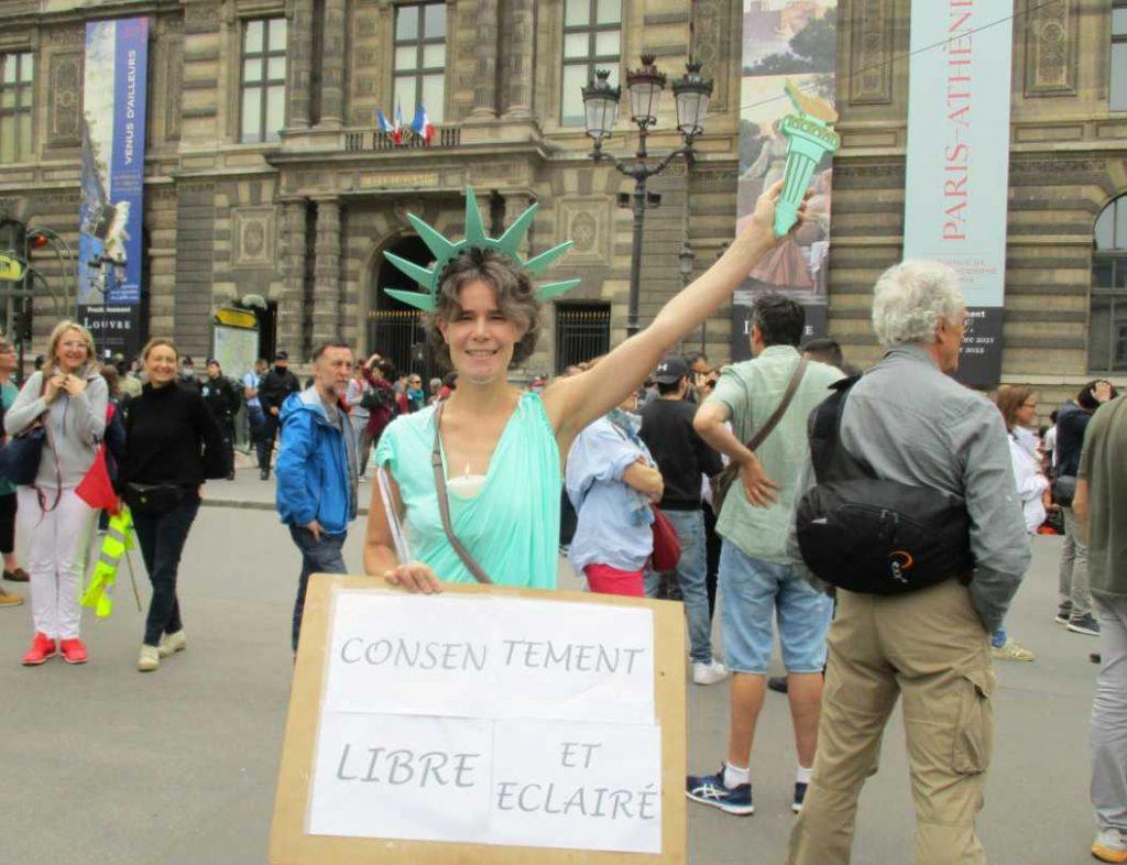 Une manifestante représentant la statue de la liberté.