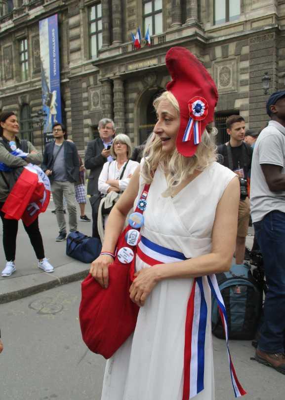 Une manifestante représentée en Marianne.